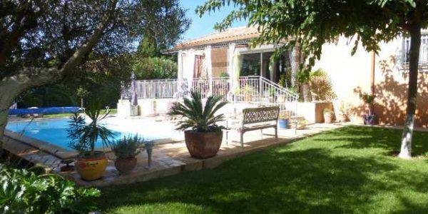 Neffiés uppvuxen trädgård med pool