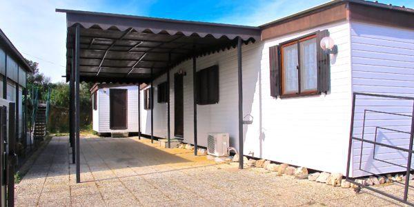 Semesterhus med bilplats och terrass.