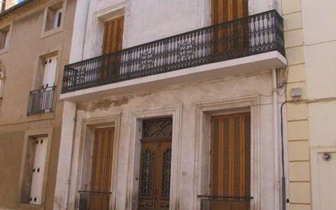 Huset med sin vackra balkong och fönserluckor av en typ som är vanlig i Provence men inte här.